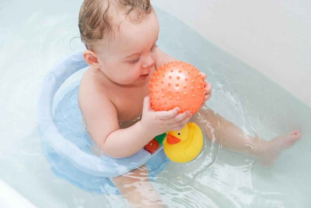 Малышам, у которых режутся зубки в ванночку можно набросать резиновые игрушки. Это отвлечет их, и они перестанут бояться