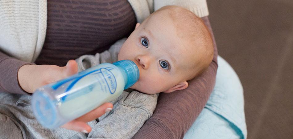 кормление из бутылочки может стать причиной отказа от груди
