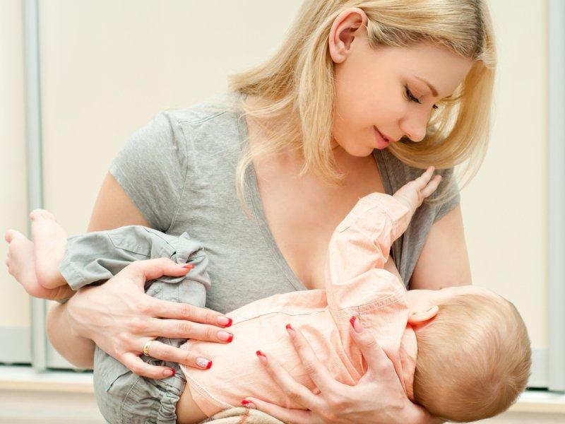 чтобы ребенок не отказался от груди, нужно не спускать его с рук