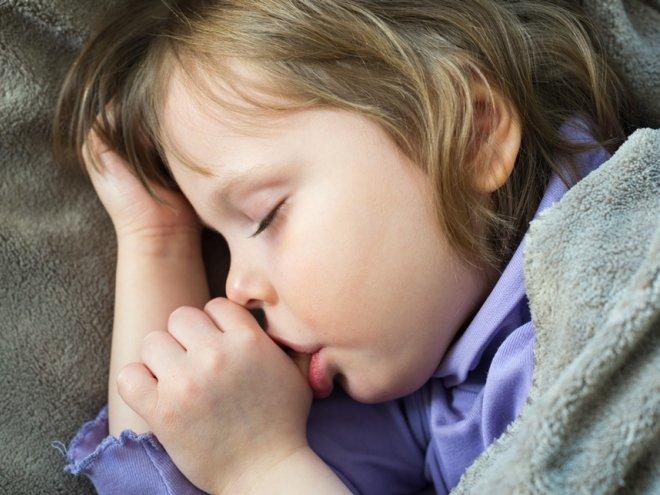 сосание перед сном пальца не относится к вредным привычкам
