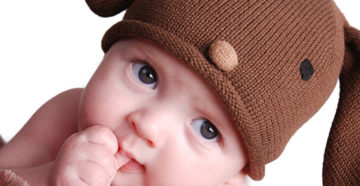 новорожденный с пальцем во рту