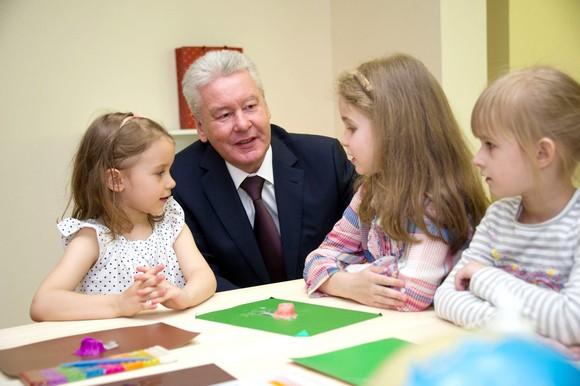 Мэр Собянин поддерживает многодетные семьи через пособия